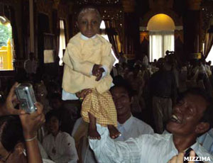 New World's Smallest Man photo, Current Shortest Man in the world, Tiny man Zaw Bala Aung picture, Guinness World Records 2010