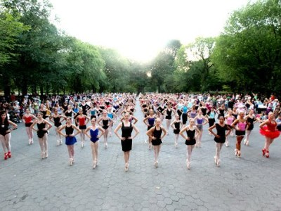Most of ballerinas stand en pointe photo, Guinness world Record, Central Park Mondayto, ballerinas picture