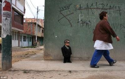 Colombian shortest man picture, Edward Nino Hernandez photo, World's shortest living man photo, Colombian shortest man Guinness world Record 2011