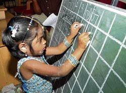 M Shalini photo, Four Years Old Girl Writing Alphabet in 13 Language in India, Shalini two hand writer, Indian girl two hand writing Alphabet in 13 Language in India, Writing Alphabet in 13 Language Limca Book of Records 2010