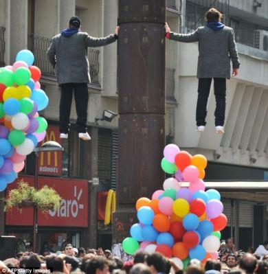 Chilean twins illusionists photo, magic twins stunt,  extraordinary levitation trick, Nicolas Luisetti and John Paul illusionists video, World Levitation Guinness Record 2011 Video