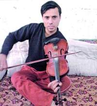 Non-stop violin player, Paras Mani Choudhary photo, Non-stop playing violin world record 2011, Paras Mani Choudhary limca book record, Paras Mani Choudhary world record, Non-stop fastest violin player